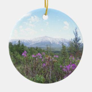Flores y la montaña adorno redondo de cerámica