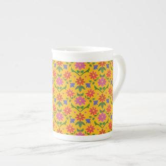 Flores y lunares bonitos en la taza amarilla de taza de porcelana
