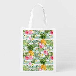 Flores y piña tropicales en rayas del trullo bolsa reutilizable
