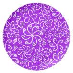 Flores y placa púrpuras enrrolladas de las hojas platos de comidas