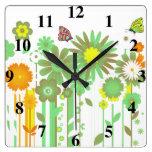 Flores y reloj de pared de las mariposas