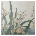 Flores y saltamontes, c.1830-31 del iris azulejo cuadrado grande