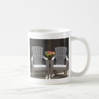 Flores y sillas de Adirondack Taza Clásica
