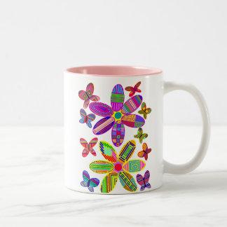 Flores y taza colorida de las mariposas