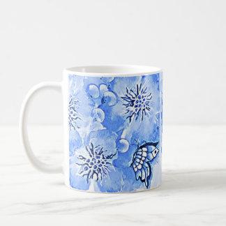 Flores y taza de café azules eléctricas de la