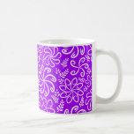 Flores y taza púrpuras enrrolladas de las hojas