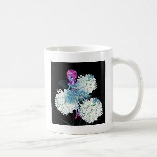 Florezca el arte de hadas por el blanco negro taza