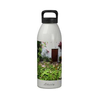 Florezca el jardín llenado en Chania Creta, Grecia Botellas De Beber