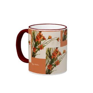 Florezca las cajas café y la taza del té cerca