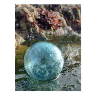 Flotador de cristal en la arena mojada tarjeta postal