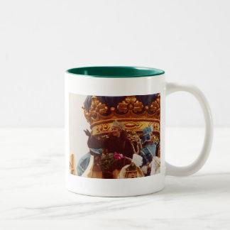 Flotador de la reina de la celebridad del carnaval tazas de café