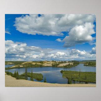 Flotador de las nubes de cúmulo sobre los lagos, d posters