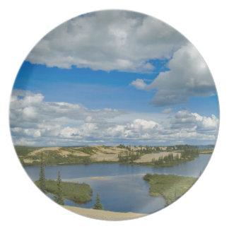 Flotador de las nubes de cúmulo sobre los lagos, d plato para fiesta