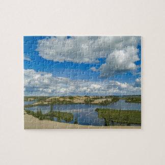 Flotador de las nubes de cúmulo sobre los lagos, d puzzle