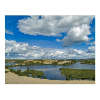 Flotador de las nubes de cúmulo sobre los lagos, tarjetas postales