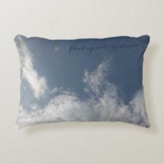 Flotador para arriba con la almohada de las nubes