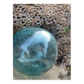 Flotador y roca de cristal tarjeta postal