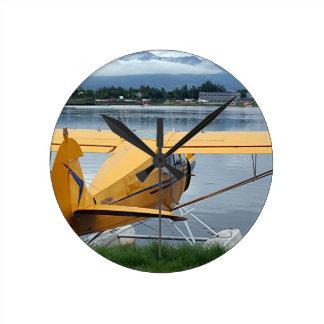 Flote el avión 6, capilla del lago, Anchorage, Ala Reloj Redondo Mediano