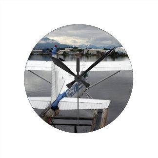 Flote el avión, capilla del lago, Anchorage, Alask Reloj