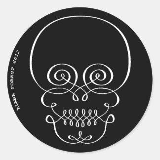 flourish del cráneo del copperplate blanco y negro pegatina redonda
