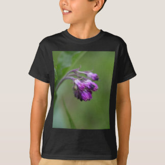 Flowers and blossoms of common comfrey T-Shirt