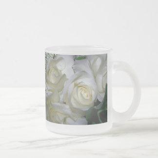 Flowers_ de la respiración del rosa blanco y del taza de café esmerilada