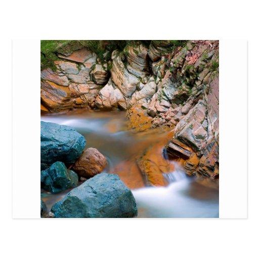 Flujo rocoso fuerte del río del agua tarjeta postal