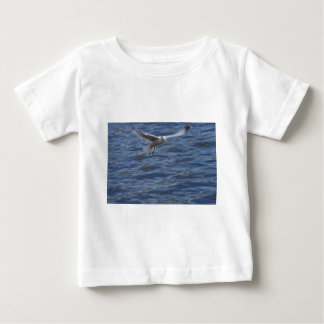 Flying seagull wanting to get attention infant t-shirt