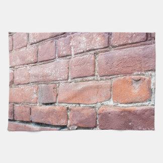Foco selectivo en la pared de ladrillo roja toalla