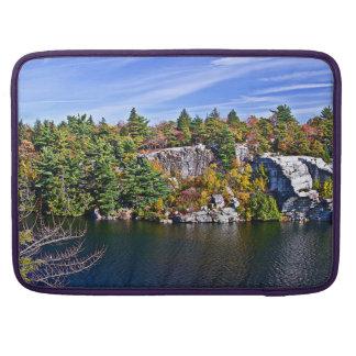 Follaje de otoño alrededor del lago Minnewaska Fundas Macbook Pro