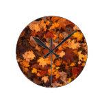 Follaje de otoño de la hoja del otoño reloj redondo mediano