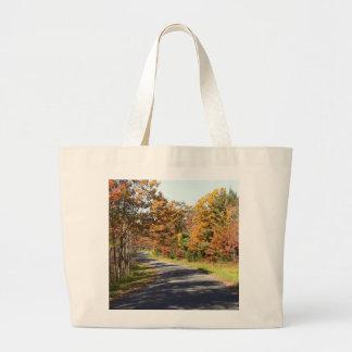 Follaje de otoño en una carretera con curvas bolsa tela grande