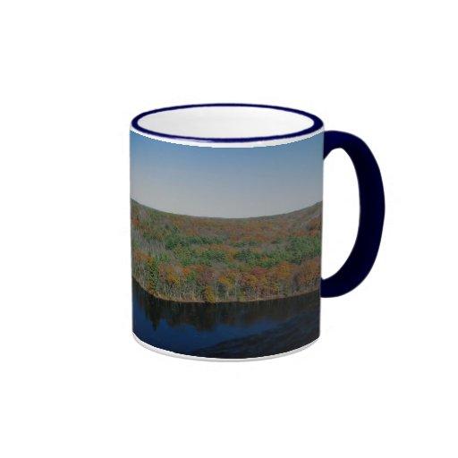 follaje de otoño sobre la mirada de un pequeño lag tazas de café