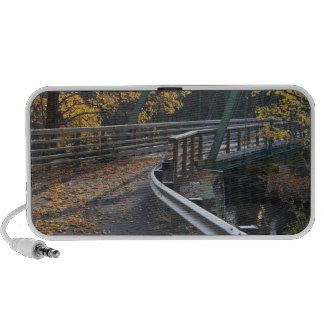 Follaje de otoño y un puente sobre los molineros mini altavoz