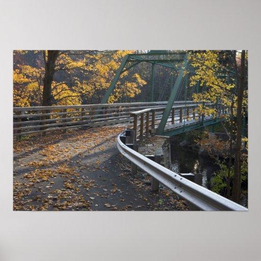 Follaje de otoño y un puente sobre los molineros posters