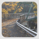 Follaje de otoño y un puente sobre los molineros calcomania cuadradas personalizadas