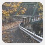 Follaje de otoño y un puente sobre los molineros pegatina cuadrada