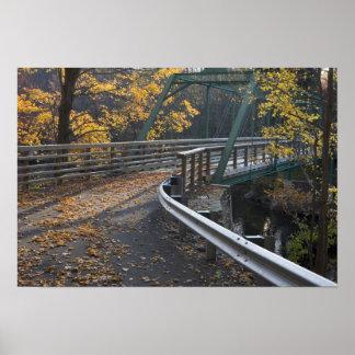 Follaje de otoño y un puente sobre los molineros póster