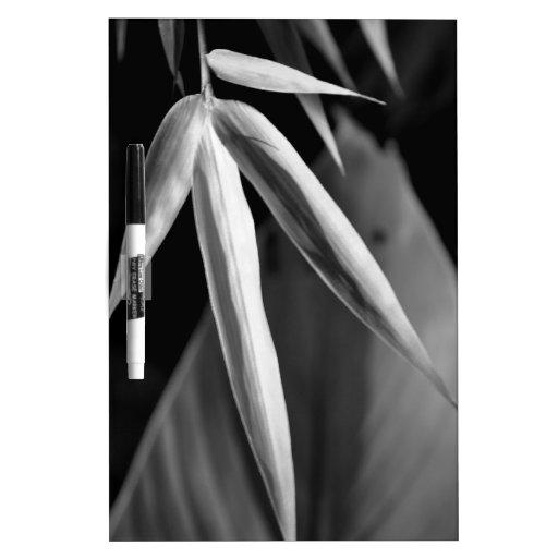 Follaje del bambú y del plátano en blanco y negro tableros blancos