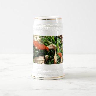 Follaje e hierba jarra de cerveza