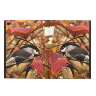 Follaje rosado del otoño con los pájaros del