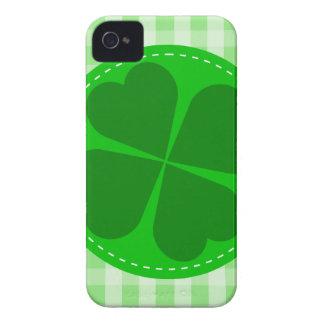Fondo acanalado verde hearted del trébol w del iPhone 4 protector