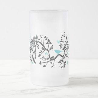 Fondo adornado con el pájaro jarra de cerveza esmerilada