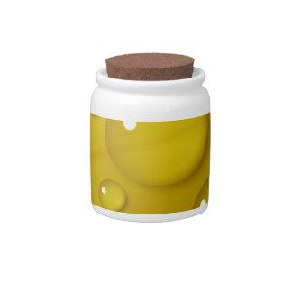 Fondo amarillo del descenso del agua platos para caramelos