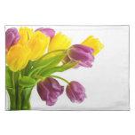 Fondo amarillo y púrpura de los tulipanes modifica manteles individuales