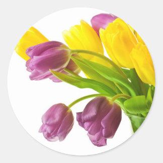 Fondo amarillo y púrpura de los tulipanes modifica pegatina