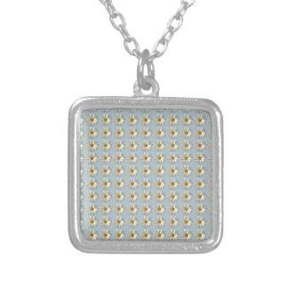 Fondo azul blanco del modelo del oro de la collar plateado