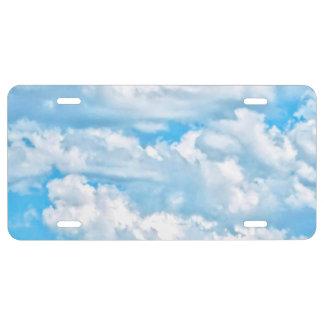 Fondo azul claro del cielo de las nubes soleadas placa de matrícula