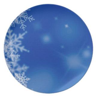 Fondo azul con las escamas de la nieve plato de comida