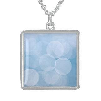 Fondo azul del bokeh collar personalizado
